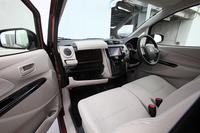 室内の収納スペースも豊富で、アッパーグローブボックスにはティッシュボックスが収納可能。