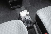 充実した収納スペースも新型「アルト」のセリングポイント。運転席と助手席の間のドリンクホルダーは、ペットボトルだけでなく500mlの紙パックにも対応している。