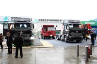 中国重型汽車グループの「HOVA」(中央)と「HOWO A7」(左右)。