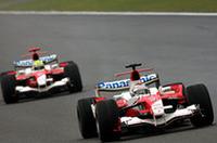ラルフ・シューマッハー(写真後ろ)16番グリッド、ヤルノ・トゥルーリ(前)17番グリッドと不調なスタートを切ったトヨタ勢。ラルフは油圧系、ヤルノはエンジンにトラブルが発生し、両車ともリタイアに終わった。(写真=Toyota)