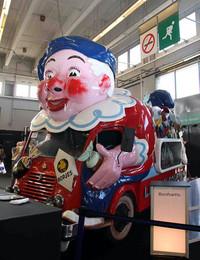 今回のオークションにはこんな珍車も。ルノーをベースにした菓子の宣伝カー。1952年ツールドフランスでコースを走った。