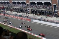 スタートシーン。先行する2台のフェラーリに対し、ダーティなグリッドのマクラーレンは遅れをとった。(写真=Ferrari)