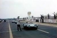 チェッカードフラッグを受ける「DBR1」。この頃のルマンは空が広い!