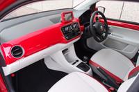 「high up!」のインテリア。レザー3本スポークステアリングホイールやレザーハンドブレーキグリップのほか、前席にはシートヒーターが標準で備わる。