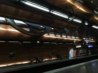 パリ地下鉄アール・ゼ・メティエ駅。ホームの壁は、潜水艦をイメージしてデザインされている。