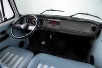 ボディーに合わせて室内もツートーンに仕上げられている。トランスミッションは4段マニュアル。オーディオの上には、限定車を示すシリアルナンバー入りプレートが貼られている。