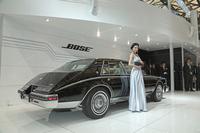 ブースには、1983年に初めて車載用のボーズ純正サウンドシステムを搭載した「キャデラック・セビル」が展示された(展示車両は同型の1985年型)。