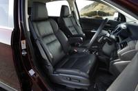 運転席はSUVならではの、見晴らしのよいもの。ボディー全長は先代型より30mm短い。しかし室内長は225mmも拡大されている。