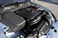 240psを発生する2リッター直4ターボエンジン。新開発の8段オートマチックトランスミッションの採用により、JC08モード燃費は9.1km/リッター、CO2排出量は207g/kmを達成。0-100km/h加速は7.9秒。