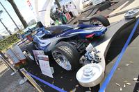 タミヤが展示した実車版ミニ四駆。左後方に見える、拡大された単3電池が気になる。