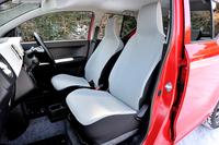 前席はヘッドレスト一体型。表皮は青みがかった白系のファブリックとなる。運転席シートヒーターが標準で備わる(商用バンを除く)。