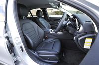 セットオプション「レザーエクスクルーシブパッケージ」を選択したテスト車のシートは、本革仕様。前席(写真)にはシートヒーターが備わる。