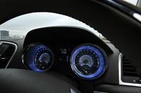 サファイアブルーのLED照明が大型の二眼メーターをクールにともす。