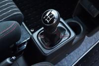 「アルト ワークス」の開発に合わせて新たに設計された5段MT。ギア比は他の「アルト」のMT車と比べて1~4速がローギアード化されている。