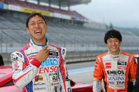 ドライビングレッスンのインストラクターは、現役のレーシングドライバーたち。写真は左から、SUPER GT選手権で活躍中の石浦宏明、国本雄資の両選手。