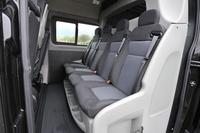 後列は4人掛け。シートは1脚ずつ独立しているが、リクライニングなどの調整はできない。また、乗員スペースとその後方の荷室は構造上隔離されており、室内から行き来することはできない。