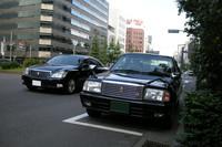 東京都内にて。フェンダーミラーが付いた「トヨタ・クラウンコンフォート」(写真右)。
