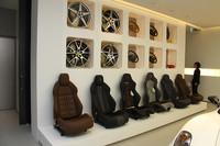 2階「アトリエ」に展示される、シート、ホイール、ブレーキキャリパーなどのサンプル群。