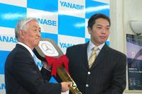 ヤナセ西山社長からゴールデンキーを受け取る巨人軍・阿部慎之助選手。