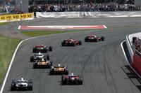 スタートシーン。ポールシッターのハミルトンに、ライコネンが追従。しかしこの日のライコネンに敵はいなかった。(写真=Ferrari)