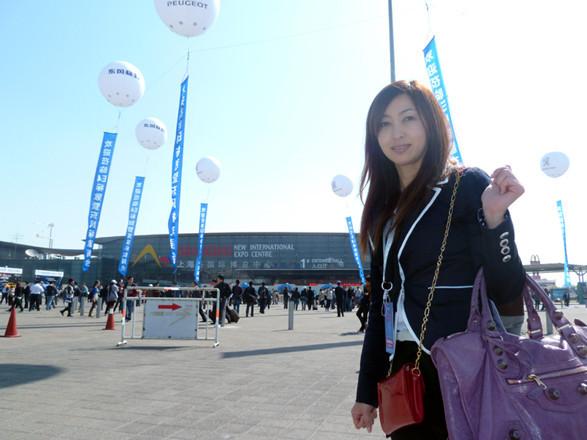 上海モーターショーこと「オート上海2011」の会場は、中国の上海浦東国際空港からほど近い、上海新国際博覧中心(エキスポセンター)で開催されました。リニアモーターカーの駅も近くにあります。中国のショーは、上海と北京の隔年開催。街は、昨年開かれた上海EXPOの熱気をまだまだ残しています。