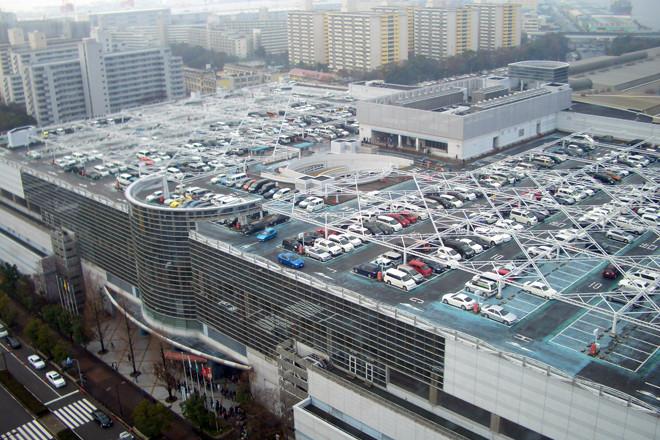 開催場所は、インテックス大阪。大阪港に隣接する商業地域にあり、東京でいえば「お台場」のようなところ。建物最上階は駐車スペース。朝8時半過ぎ、駐車場開場とともに一斉にスペースが埋まり始めた。