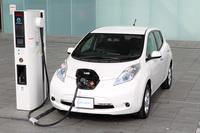 2010年12月に発売された電気自動車の「日産リーフ」。デビュー当時、一充電走行可能距離はJC08モード計測で200kmと公称されていた。