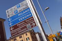 すでに市内各地には、歴史施設を示す茶色の道標で、フェラーリ生家博物館の方向が示されている。