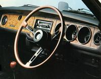 77デラックスのインテリア。高級かつスポーティな雰囲気を演出すべく、木目調インパネに木目調リムの3本スポークのステアリングホイール、同じく木目調シフトノブを備えていた。デザイン自体は当時としては常識的なもの。