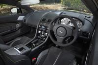 カーボンインテリアパック(52万1640円)やブラックペダル(6万9120円)など、数々のオプションを装着するテスト車のインテリア。ステアリングホイールは、標準でアルカンターラ巻きとなる。