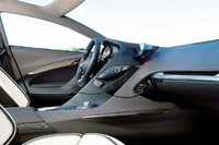 インテリアの様子。運転席はドライビングに集中できるデザインとした一方、助手席には開放感を与えたという。