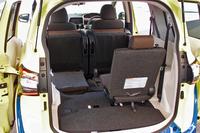 荷室の様子。写真左側のように、シートを折りたたむことで積載容量を拡大できる。