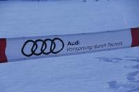 横断幕に描かれたアウディのメーカーロゴ。4つの輪からなる「フォーシルバーリングス」とともに、ブランドスローガンの「Vorsprung durch Technik(技術による先進)」の文字が添えられている。