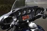 フロントカウルには、4つのメーター(左から燃料計、速度計、エンジン回転計、電圧計)と2つのスピーカーを装備。タッチパネル式のインフォテインメントシステムも備わっている。