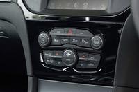 センターコンソールには、車線逸脱警報システムなど、運転支援システムのスイッチ類が並ぶ。