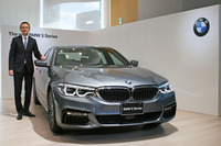 「BMW 540i Mスポーツ」とBMWジャパンのペーター・クロンシュナーブル代表取締役社長。