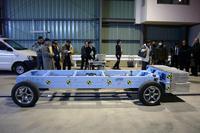 側面衝突に使われる、950kgの台車。アルミハニカム材の弾頭付き。横向きの試験車に55km/hの速度でぶつかる。