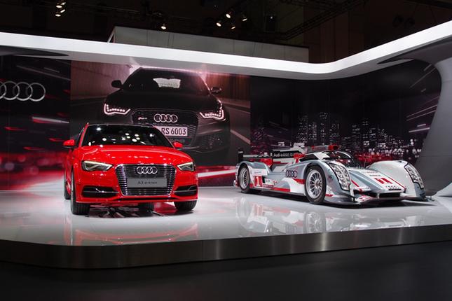 アウディブースのメインステージ。写真左から、プラグインハイブリッド車の「A3スポーツバックe-tron」とレーシングカー「R18 e-tron クワトロ」。