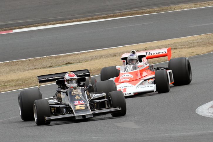今回のメインイベントである、「Back to F1 WORLD CHAMPIONSHIP IN JAPAN」と題されたF1マシンのデモラン。1976年にFSWで開催された日本初のF1レース「F1世界選手権イン・ジャパン」で、マリオ・アンドレッティが駆り優勝した「ロータス77」と、3位に入って自身初のドライバーズタイトルを獲得したジェームス・ハントの「マクラーレンM23」。