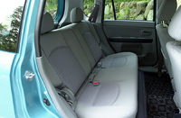 後席は、左右一体で160mmスライドでき、左右独立してリクライニング可能。一番前までスライドさせるだけでも、荷室の奥行きを拡大できる。