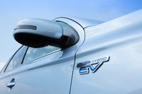 フロントフェンダーのそばには「PLUG-IN HYBRID EV」のロゴバッジが。「三菱アウトランダーPHEV」は12kWhの大容量バッテリーを積んでおり、一回の充電で、60.2kmの距離を電気だけで走ることができる。