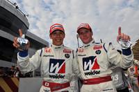 今シーズン初勝利に笑顔を見せる、小暮卓史(写真左)とカルロ・ヴァン・ダム。
