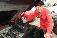 """""""赤い玉号""""こと筆者の「フェラーリ328GTS」はアリアガレージ工場長の平澤雅信氏のもとで車高アップとアライメント調整を行った。"""