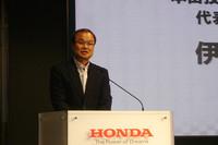 伊東孝紳社長(写真)は、「プロによる観戦型レースだけでなく、誰でも身近に参加できるモータースポーツの普及も進めていく」と語った。