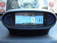 ディスプレイのアップ。ギアポジション、車速、バッテリー残量などが表示される。
