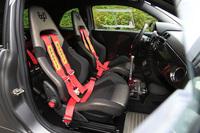 標準で装備されるヘッドレスト一体型のスポーツシート。軽量化のために後席は撤去されており、代わりにボディー剛性を高めるための補強バーが備わる。