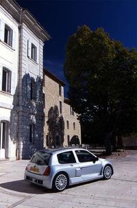 1998年のパリサロンでレースバージョン「トロフィー」が発表されたクリオV6。公道モデルは、2000年11月からフランスでの販売が開始される。ボディシェル、ボンネット、ルーフ、およびハッチはクリオ2.0 16Vのパネルが使われる。フロントフェンダー、リアサイドは、専用パーツである。