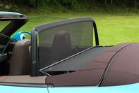 後席に乗車しない場合は、後方からの風の巻き込みを防ぐ、電動式のウインドディフレクターが利用できる。