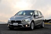 BMW 218iアクティブツアラー ラグジュアリー ボディーサイズ:全長×全幅×全高=4350×1800×1550mm/ホイールベース:2670mm/車重:1490kg/駆動方式:FF/エンジン:1.5リッター直3 DOHC 12バルブ ターボ/トランスミッション:6段AT/最高出力:136ps/4400rpm/最大トルク:22.4kgm/1250-4300rpm/タイヤ:(前)205/55R17 91W (後)205/55R17 91W/価格:381万円