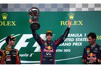 今年で2回目となるテキサスはオースティンでのアメリカGP。レッドブルのセバスチャン・ベッテル(中央)は8月末から一度も勝利を譲ることなく8連勝を飾り、ミハエル・シューマッハーの持つ年間最多連勝記録を更新した。2位はロータスのロメ・グロジャン(左)、3位はベッテルのチームメイト、マーク・ウェバー(右)。(Photo=Red Bull Racing)